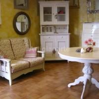 laboratorio con divano cristalliera  tavolo tondo