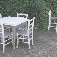 tavolo-classico-sfondo-sgabelli
